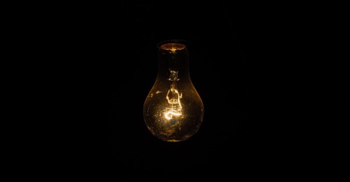 žárovka ve tmě