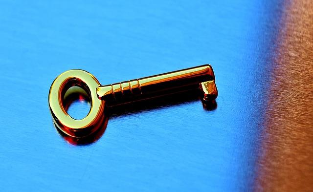 modré pozadí, zlatý klíček