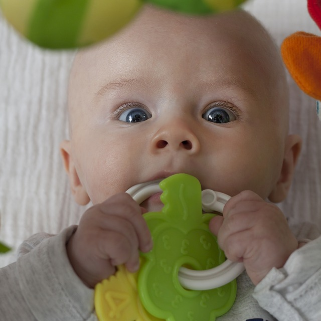 miminko s hračkou.jpg