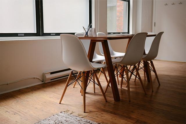 šest židlí u stolu