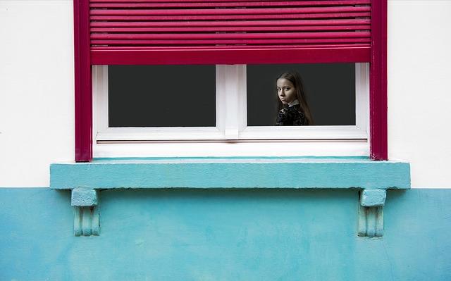 rozzlobená holka za oknem